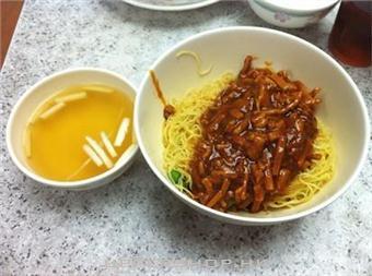 炸醬麵、沙茶麵、肉燥麵,常見乾麵熱量大PK!