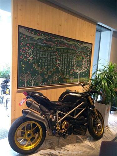 咖啡廳裡面的賽車