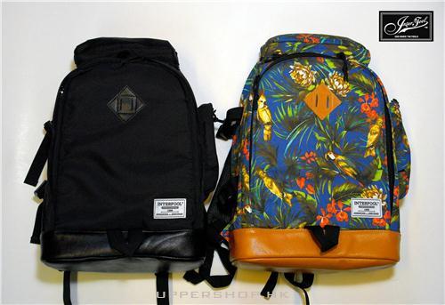 黑色和花色背包