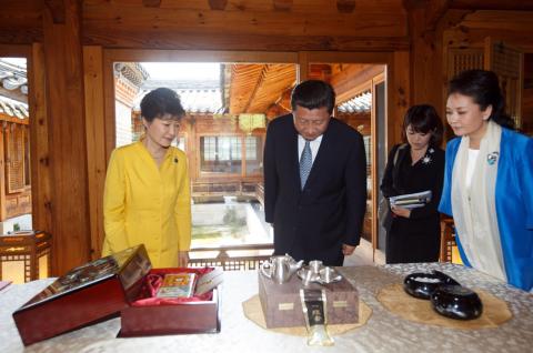 平主席與朴槿惠互贈禮物
